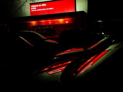 ThŽ‰tre de Marens. Avant-Premire,. Reflets du logo sur les vitres de voitures.